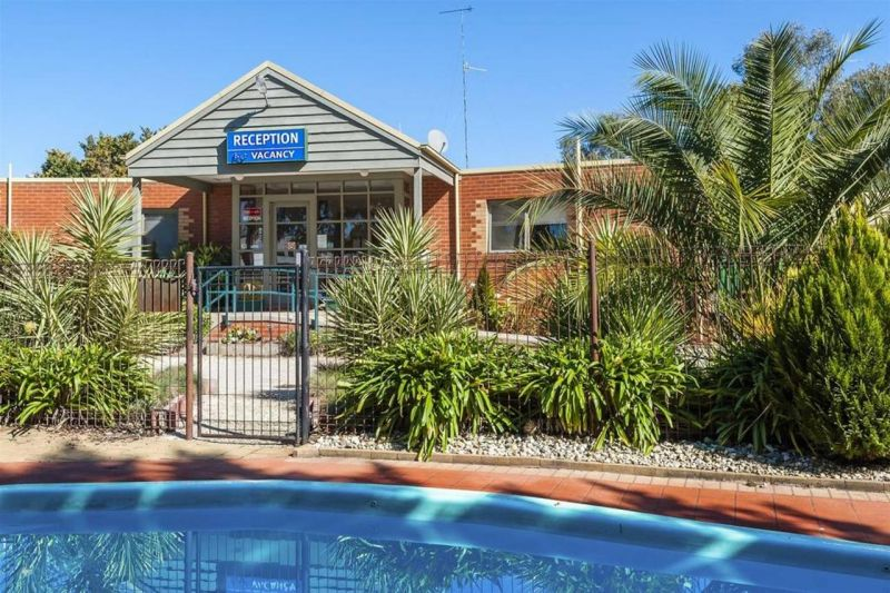 COMFORT INN COACH AND BUSHMANS - Accommodation 4U